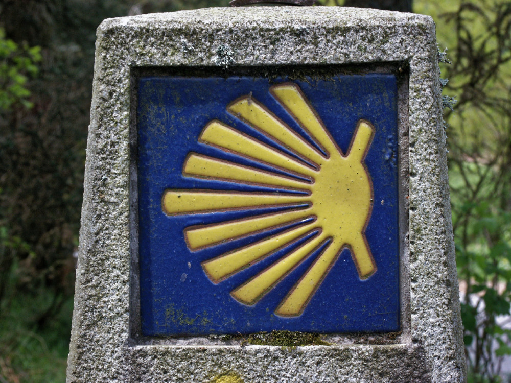 A particularly nice example of the shell direction indicator. We were in Galicia now, so the sign is pointing left